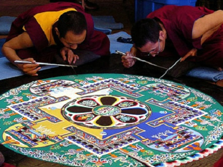 Monjes tibetanos realizando mandala